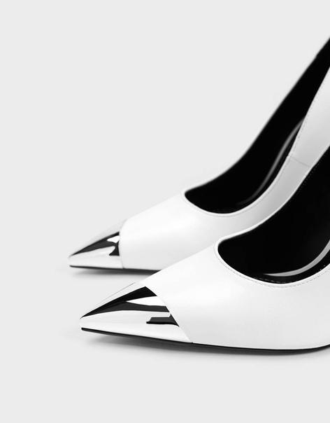Туфли на высоком каблуке с металлической деталью на носу
