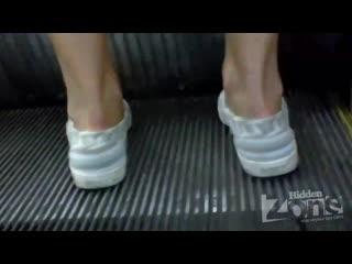 Подглядывают под юбки в метро (нашел в инете)