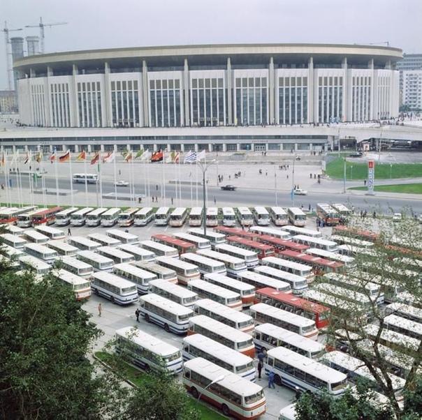 Автобусы у здания спортивного комплекса «Олимпийский» во время проведения XXII Летних Олимпийских игр, 1980 год, Москва