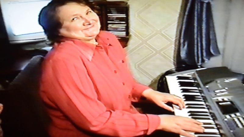 Моя мама пробует играть на синтезаторе впервые 2010 год