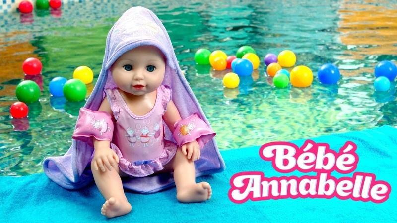 Vidéo en français pour enfants. Baby Annabell apprend à nager à la piscine. Jeu pour les filles