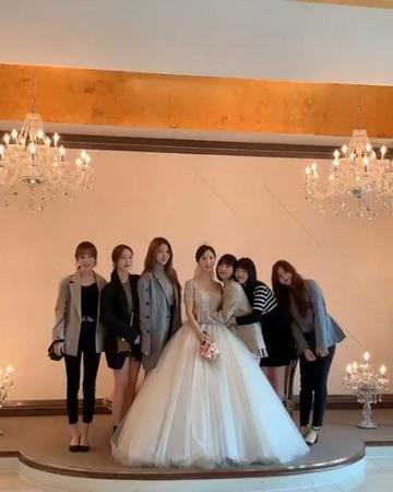 """DIARY of SINB on Instagram: """"191102 Sesi foto sama pengantinnya nih 😂 kalian ber-6 kalo udah siap nikah buruan ya nikah!pengen liat ponakan onlen m..."""