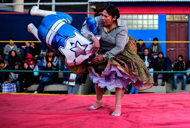 """Борец Ана Луиза Юйра по прозвищу """"Дженифер Два Лица"""" во время поединка с борцом-мужчиной в Эль-Альто, Боливия"""