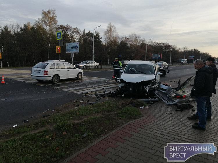 Серьёзное ДТП произошло на перекрёстке у областной больницы в Бресте