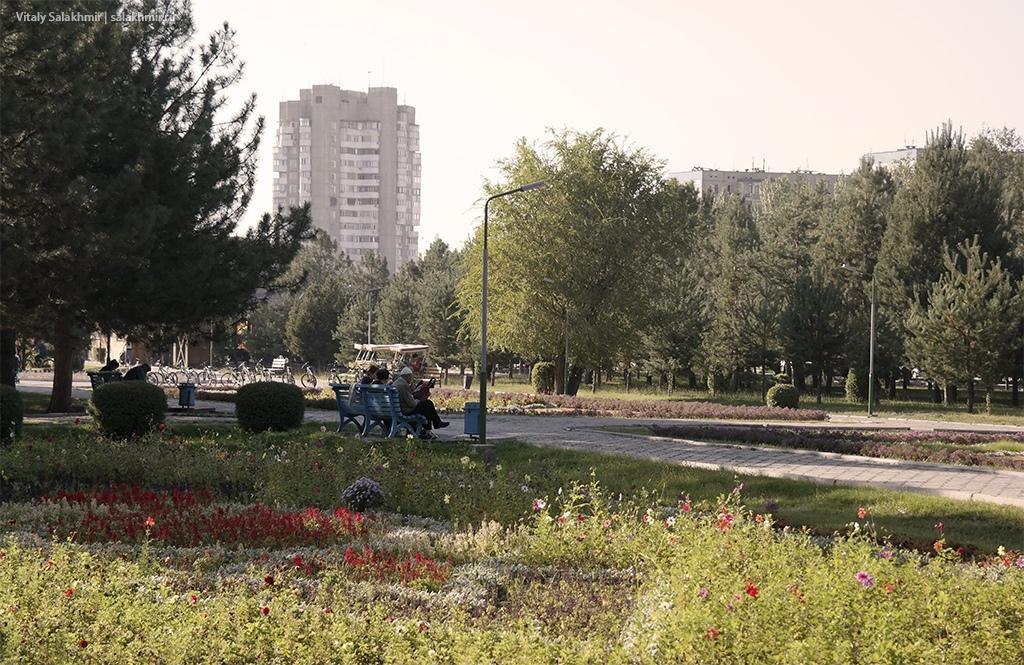 Аллея в начале Парка Победы, Бишкек 2019