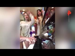Дочки Милы Йовович поют русскую песню