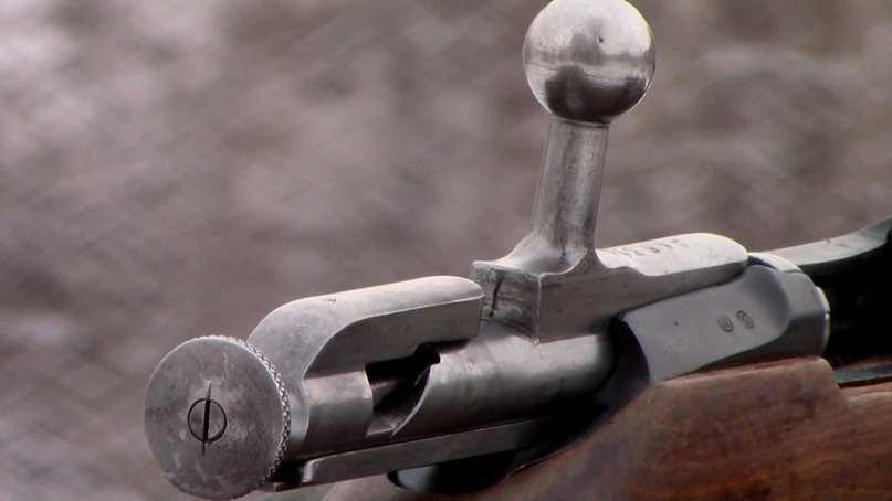 Предохранитель винтовки Мосина — курок оттягивается назад и поворачивается влево (против часовой стрелки). Да, тугой, да неудобный, но конструктивно очень простой. Да и в бою он особо не нужен.