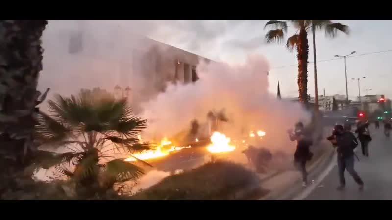 Necro tv Столкновения демонстрантов с полицией у посольства США в Афинах демонстранты бросали коктейли Молотова и камни