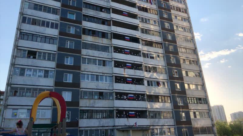 Жители многоэтажного дома на Эльмаше присоединились к акции Бессмертный полк на балконах
