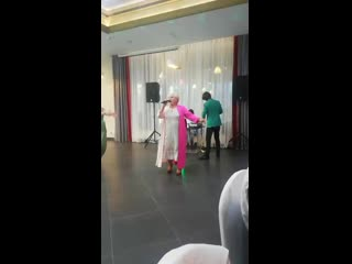Бабуля поёт