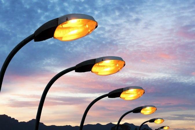 Ответственные службы заменили лампы в светильниках на Липчанского