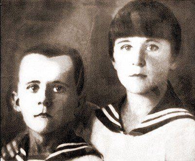 Марат Казей был в 13-летнем возрасте, когда умерла его мать, а они с сестрой пошли в партизанский отряд Маму, Анну Казей, в Минске немцы повесили за то, что она прятала у себя раненых партизан и