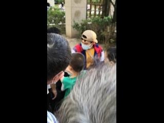 китайские парни бесплатно раздают детям колокольчики