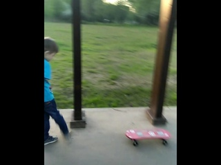 Ваня осваивает скейт