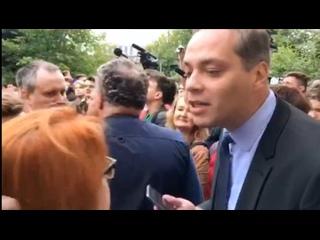 Шестёрка и выдвиженец Навального – В. Милов, с истерией, гонит с мероприятия Яшина активистку «SERB» всего лишь за неудобные воп