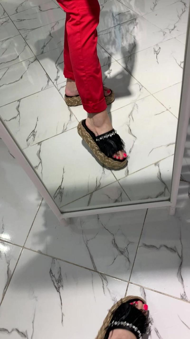 футболка полоска, саббо миу миу, красные брюки