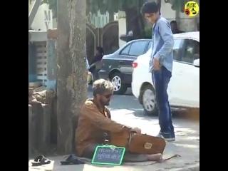 Знаменитый певец Сону Нигам, замаскированный под нищего воспевает свой хит на улице...