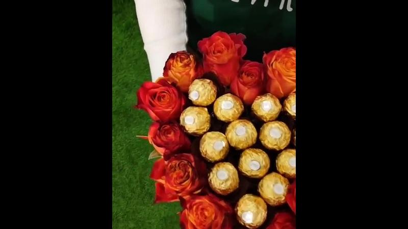 Бокс в форме сердца, внутри 15 роз и конфетыFerrero Rocher. Цена на момент публикации 18 000 тг.⠀Больше съедобных букетов в а