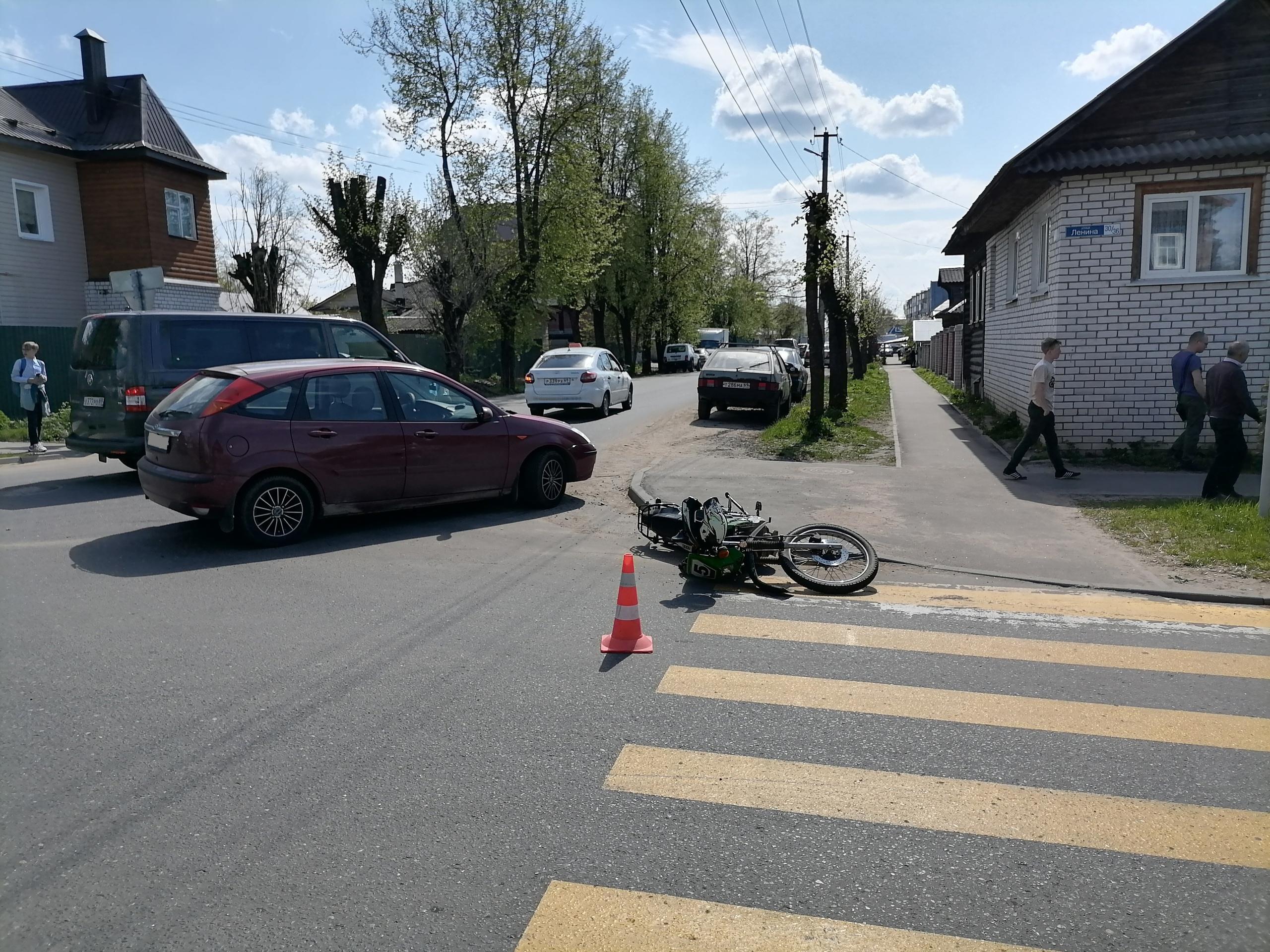 На перекрестке улиц Ленина – Шевченко в Кимрах водитель Форда сбил мотоциклиста