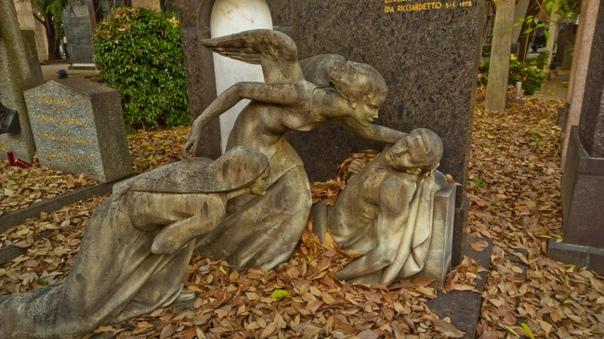 Монументальное кладбище, Милан, Италия Некрополь в Милане. Одно из двух крупнейших кладбищ города, считается одним из самых богатых надгробными украшениями и памятниками в Европе. Среди