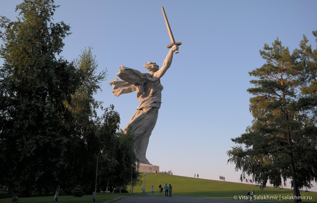 Скульптура Родина-мать, вид из парка