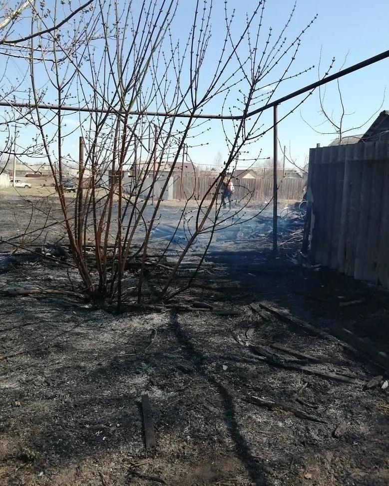 В посёлке Пригородный тушили загоревшуюся траву
