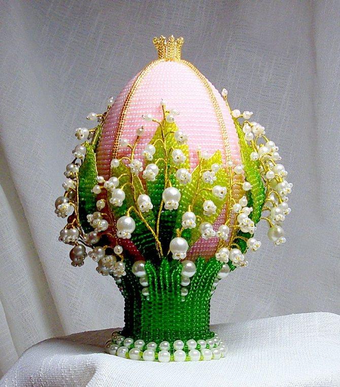 Яйцо пасхальное с ландышами из бисера и бусин