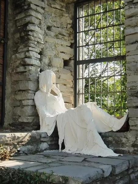 Привидения замка Вецио на озере Комо.