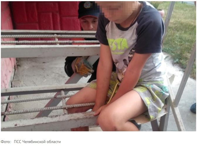 В Миассе шестилетний мальчик застрял между стальными прутьями