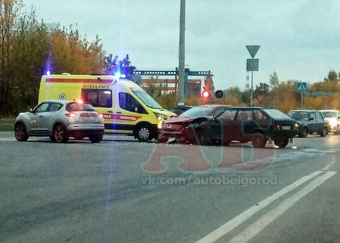 На ж/д переезде Мичурина столкнулись Peugeot и ВАЗ. Есть пострадавшие Белгород