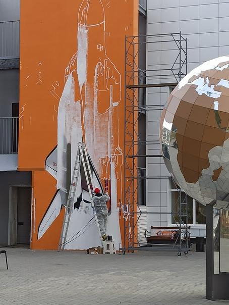 На космос художник рисует ракету. Пристягни ремни ...