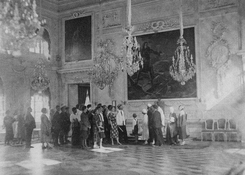 Экскурсия в Тронном зале Большого Петергофского дворца. 1937 г. ГМЗ «Петергоф»