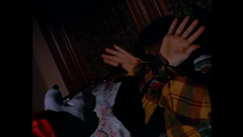 Клоун высовывает руку из телевизора и пытается схватить мальчика Отрывок из сериала Боишься ли ты темноты