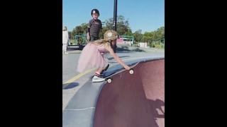 девочка ребенок делает супер трюки на скейте