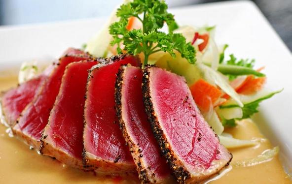Попробуйте салат из морепродуктов в азиатском стиле с обжаренным тунцом, зеленью и имбирным винегретом.