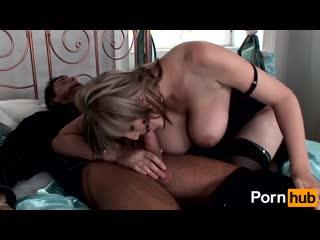 Порно с красивой сисястой сучкой. Большие натуральные идеальные сиськи