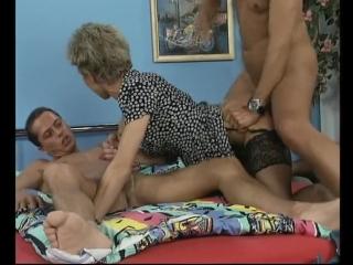 Milf blonde short hair wife amateur homemade two guys / зрелая блондинка мамка жена короткие волосы домашнее порно втроем