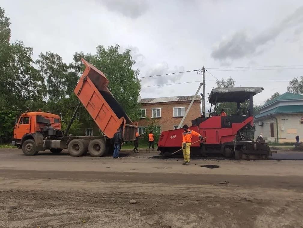 Вчера на улице Шамаева (от улицы Московской) начались работы по укладке выравнивающего слоя асфальтового покрытия проезжей части дороги